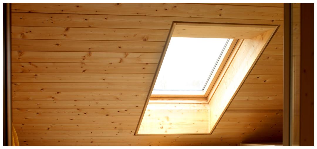 Moser Holzbau Blockhaus Dachfenster | Innenraum
