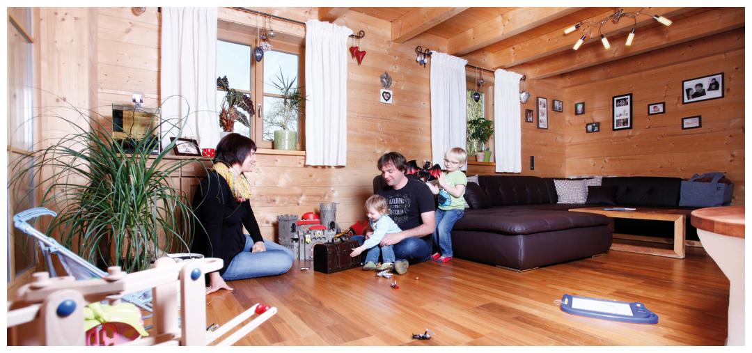 Familie im Blockhaus von Moser Holzbau